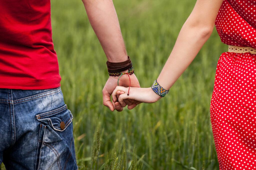 para trzymając się za ręce