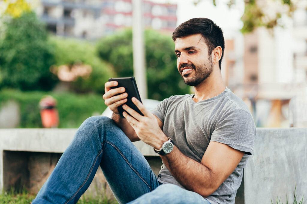 przystojny facet na ulicy z telefonem