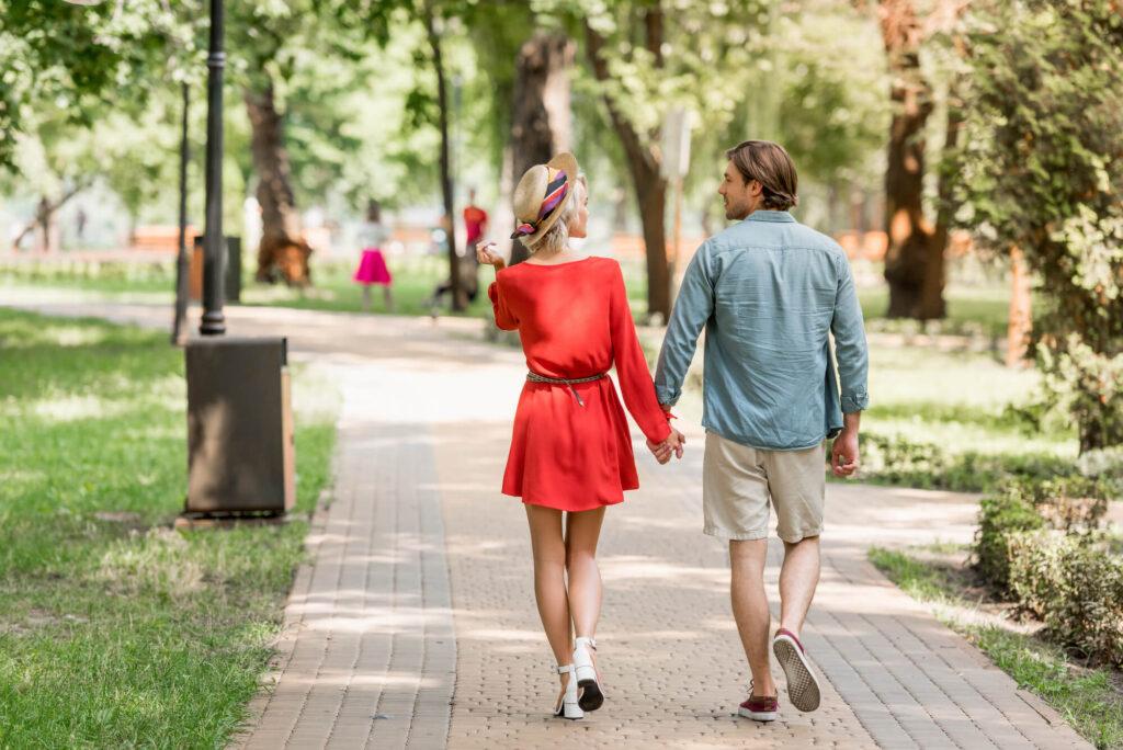 zakochana para spacerująca po parku